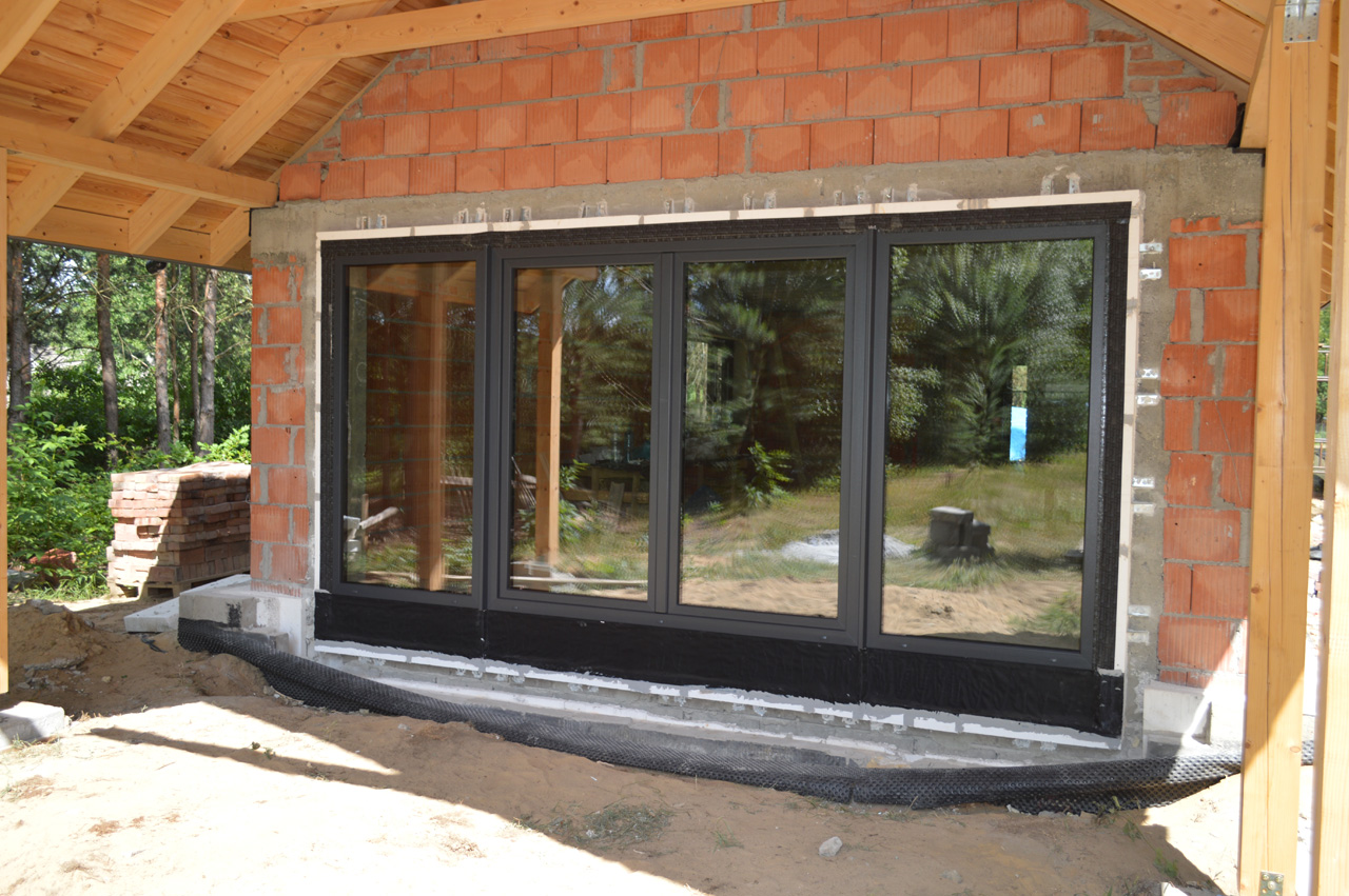 Drzwi balkonowe zamontowane z wykorzystaniem Ciepłej Belki Montażowej Marebt CBM