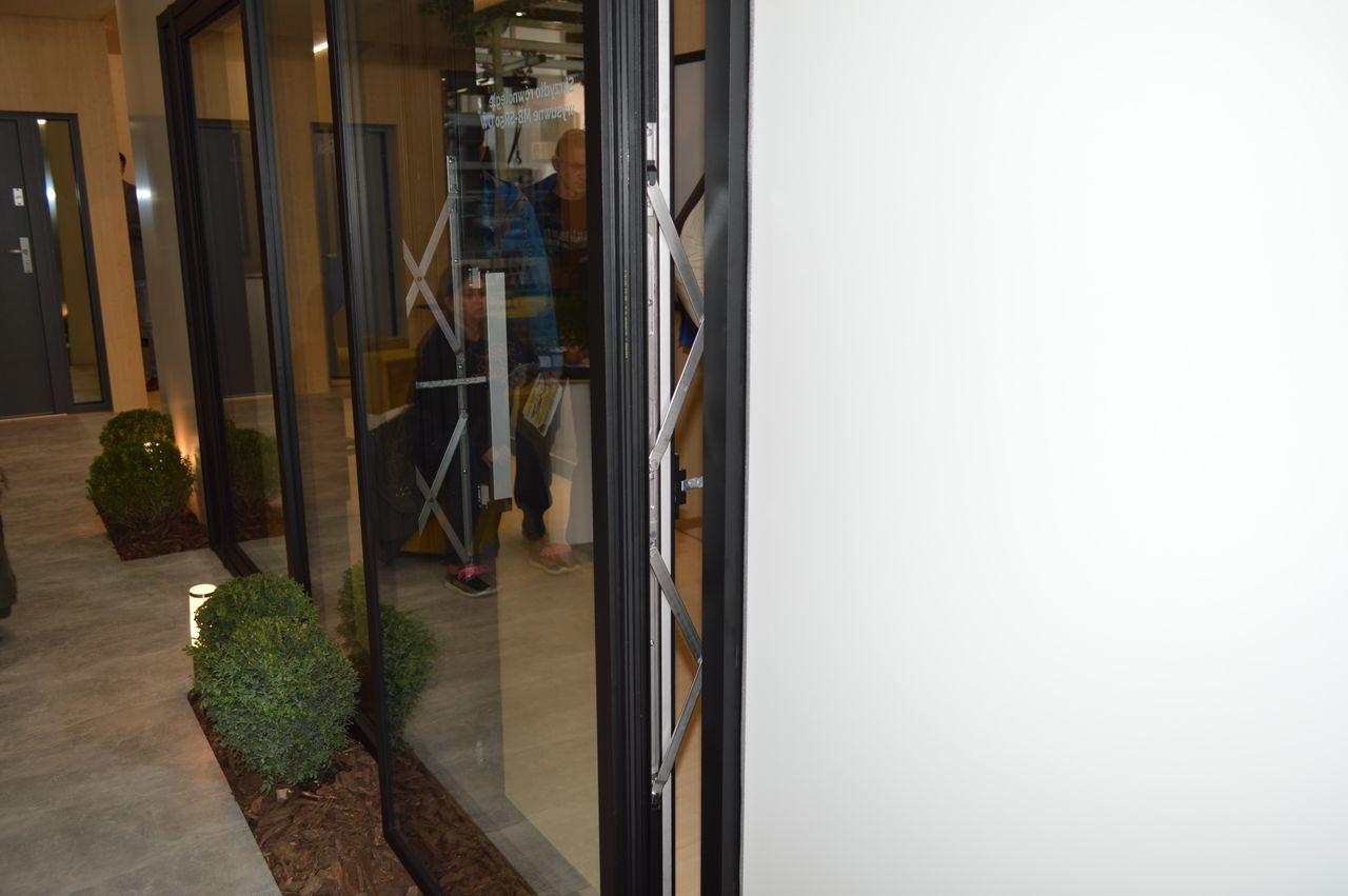 Komsta - okno fasadowe wyposażone w nawierzchniowiowe napędy łańcuchowe sterujące ruchem skrzydła okiennego
