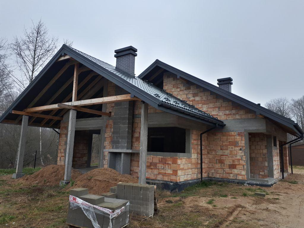 Jednorodzinny budynek mieszkalny. Stan surowy otwarty. Ściany konstrukcyjne z pustaków ceramicznych.