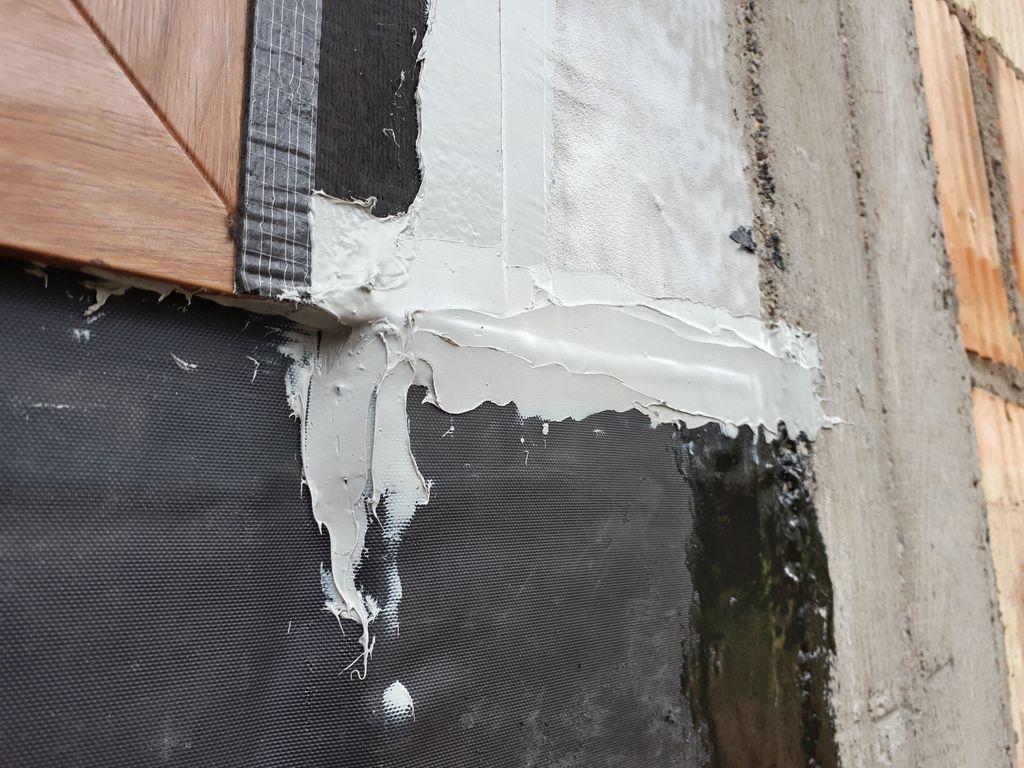 Dodatkowe uszczelnienie z powłok polimerowych na styku elementów budowlanych.