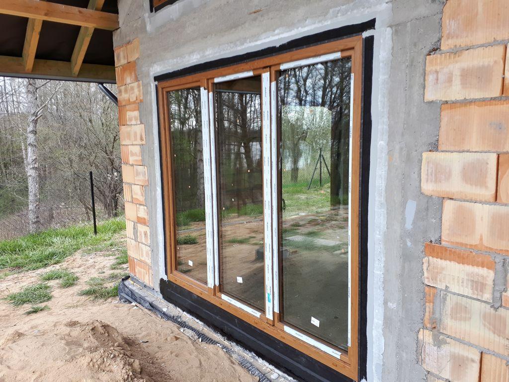 Prawidłowo zamontowana i uszczelniona jednorzędowa, trzykwaterowa konstrukcja drzwi balkonowych.