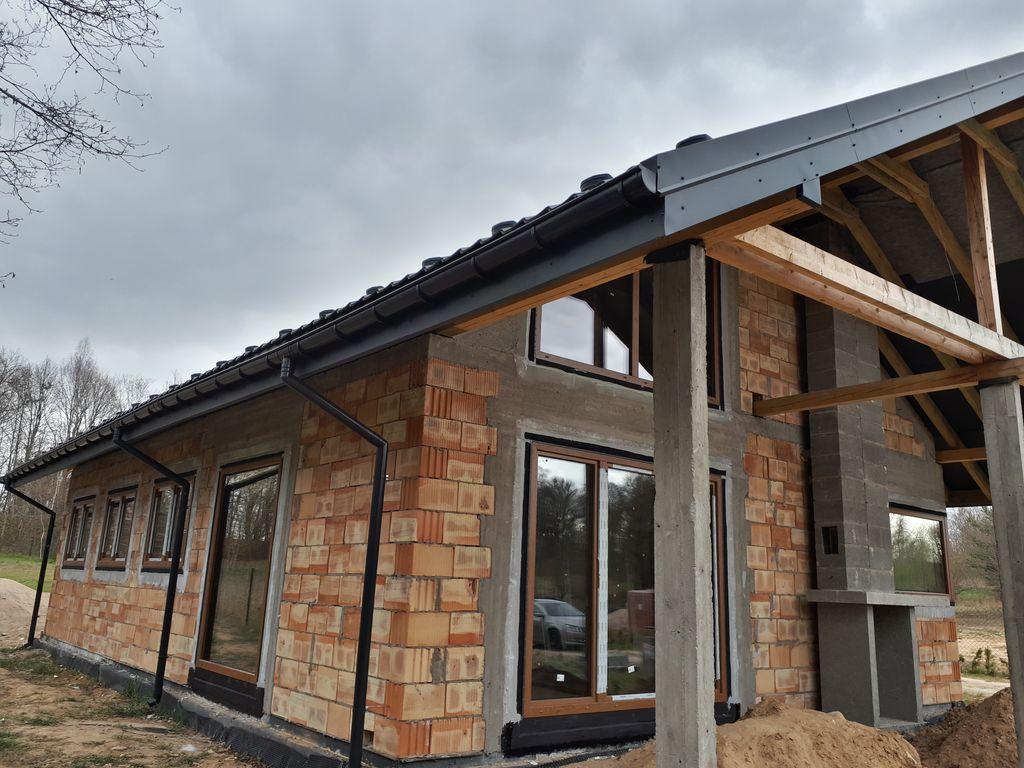 Jednorodzinny budynek mieszkalny z pustaków ceramicznych. Stan surowy zamknięty. Okna i drzwi balkonowe prawidłowo zamontowane i uszczelnione w otworach okiennych.