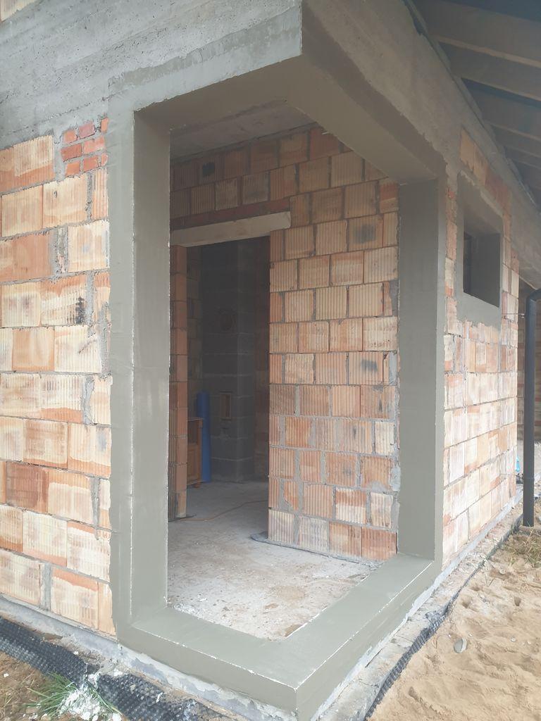 Ościeże otworu okiennego przygotowane do montażu zestawu konstrukcji narożnych.