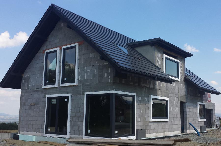 Dom jednorodzinny z oknami zamontowanymi w systemie Ciepłej Belki Montażowej Marbet CBM