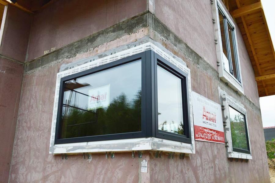 Okno narożne zamonotowane  z wykorzystaniem systemu Ciepłej Belki Montażowej