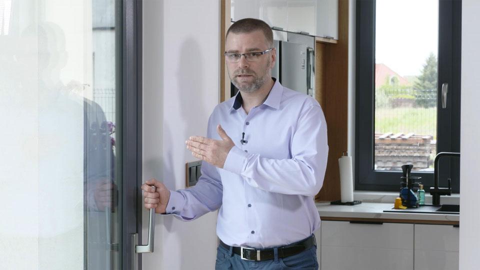 Ekspert Vetrex omawia elementy wyposażenia zapewniające komfort i bezpieczeństwo użytkowania oraz podwyższoną odporność na włamanie