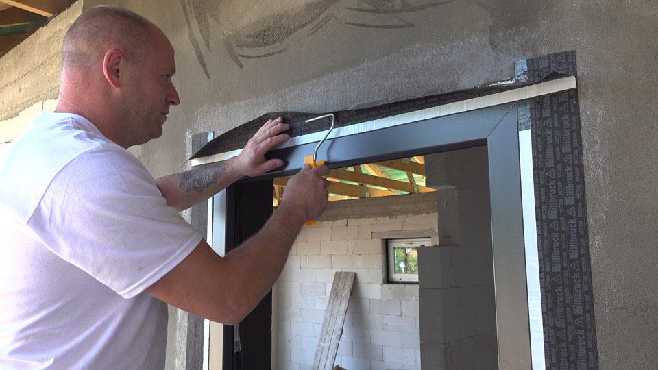 W trakcie montażu - wyklejanie folii okiennej illbruck ME 508