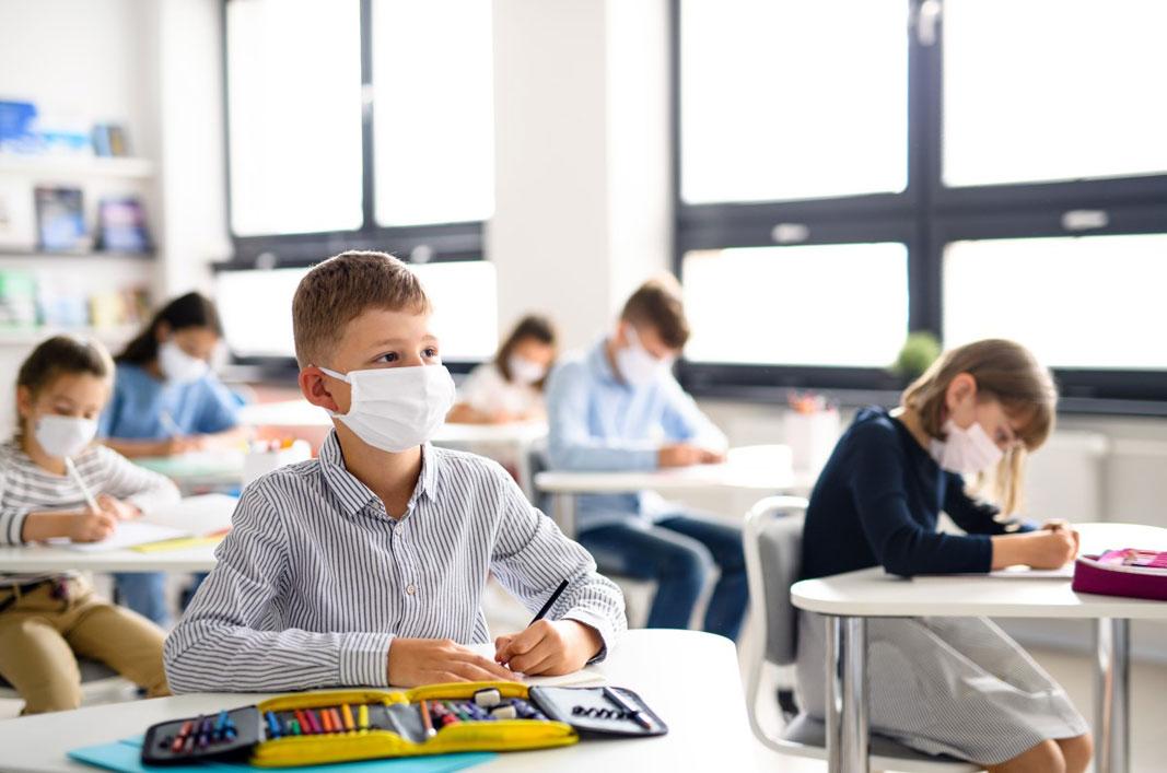 Naturalna wentylacja pomaga tworzyć bezpieczne warunki do działalności szkół, firm i gastronomii