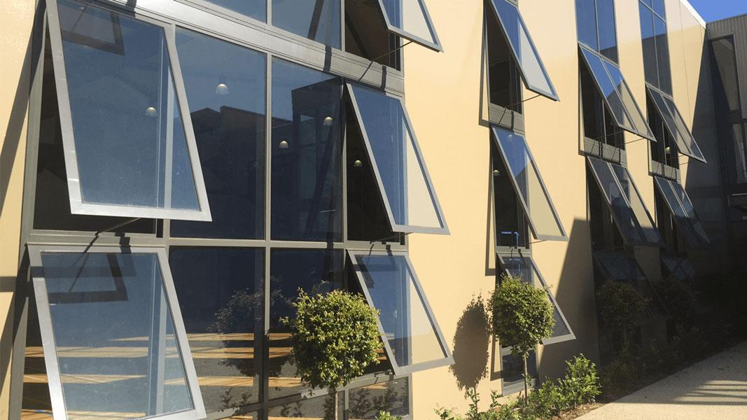 Uczelnia Avila College w Mount Waverley wyposażona w automatykę okienną D+H