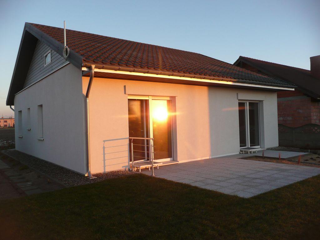 Dom pasywny w Koźminie Wlkp. Podstawa 105 m2, powierzchnia użytkowa 82,5 m2, kubatura 233 m3. Koncepcja Maciej Sempiński.