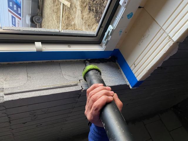 Wykonanie paroizolacyjnej, szczelnej powietrznie wewnętrznej izolacji połączenia okna z ościeżem przy powłok polimerowych