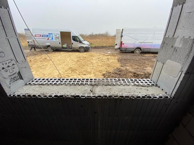 Próg ościeża w murze konstrukcyjnym wznoszonym z pustaków styropianowych w stanie surowym