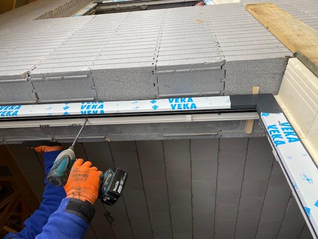 Mocowanie mechaniczne ramy ościeżnicy w murze konstrukcyjnym wzniesionym z pustaków styropianowych