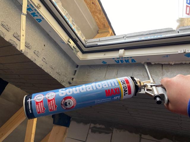 Wykonanie warstwy izolacji termicznej w przestrzeni szczelin dylatacyjnych pomiędzy ramą ościeżnicy okna, a murem konstrukcyjnym