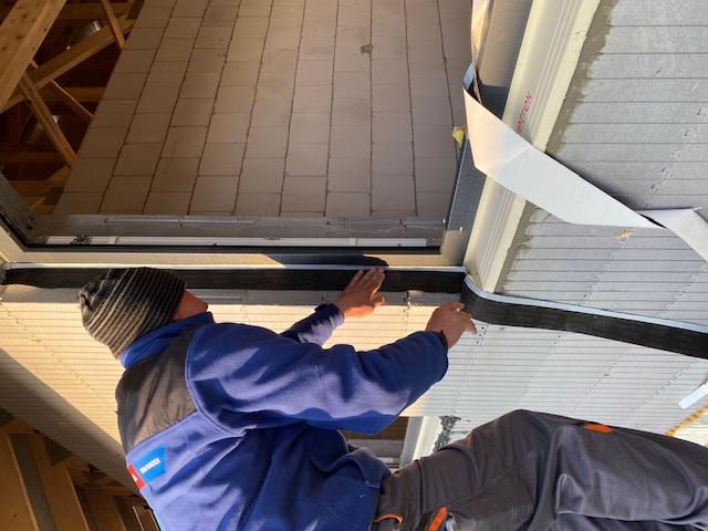 Wykonanie wodoodpornej, paroprzepuszczalnej, zewnętrznej izolacji połączenia okna z ościeżem przy użyciu folii