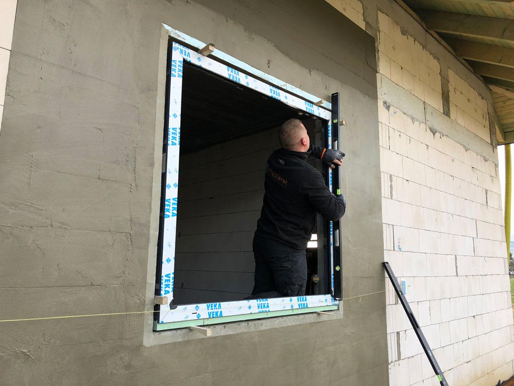 Ustalanie pozycji konstrukcji okiennej w otworze okiennym z określeniem pionu i poziomu