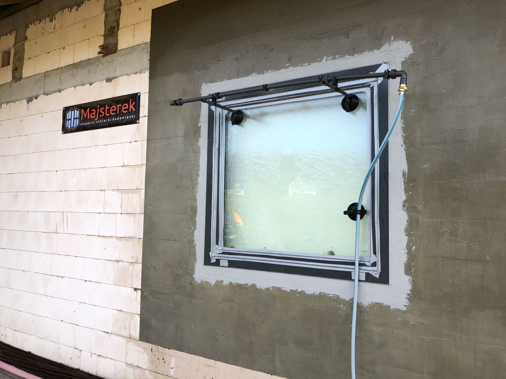 Badanie na placu budowy wodoszczelności połączeń okien z ościeżami