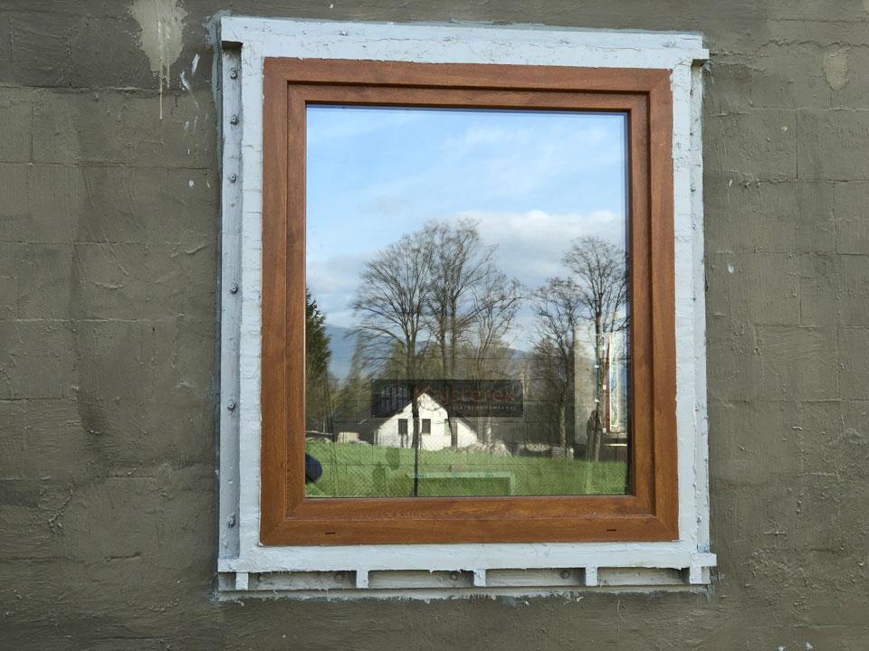 Okno TEAM BALANCE MD zamontowane w warstwie ocieplenia. Rama nośna wykonana z kątowych belek NYXON GREEN. Uszczelnienie z powłok polimerowych SOUDAL SOUDATIGHT.