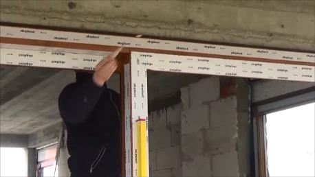 Ustalenie pionowej płaszczyzny konstrukcji drzwi balkonowych HST