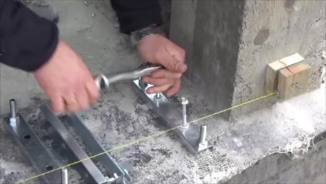 Mocowanie stalowych podpór za pomocą śrub rozporowych
