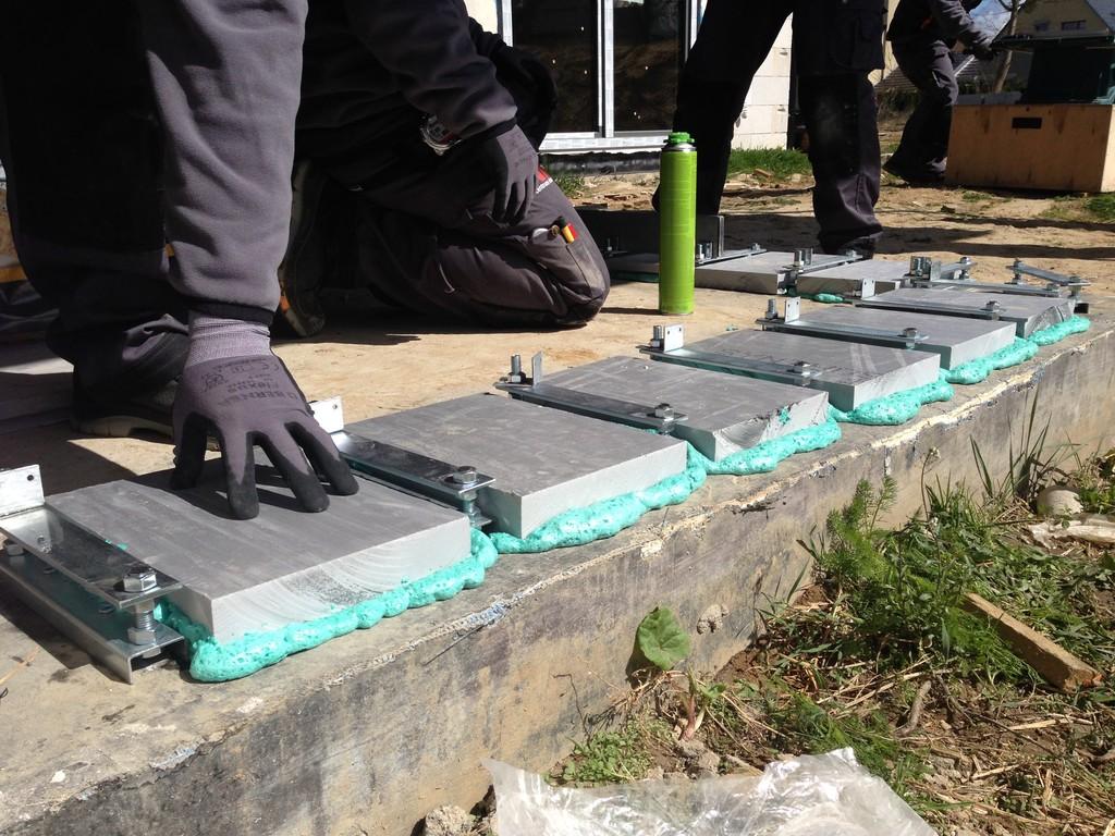 Wypełnianie przestrzeni pomiędzy podporami. Klejenie do płyty fundamentowej elmentów XPS przy użyciu kleju poliuretanowego