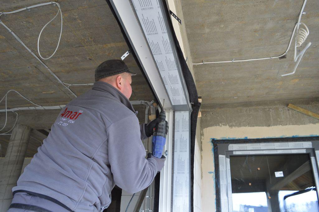 Mocowanie mechaniczne ramy ościeżnicy drzwi tarasowych w obrębie nadproża
