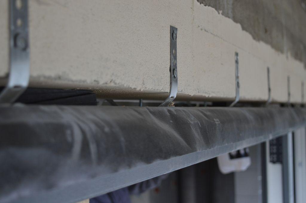 Stalowe kotwy montażowe pełniące rolę odciągów stabilizujących górne części ościeżnicy