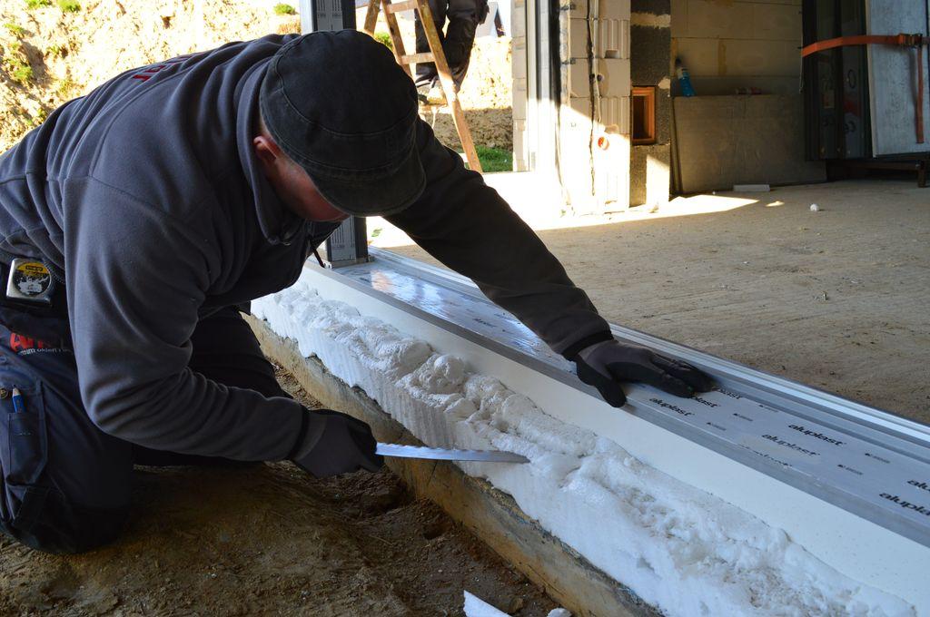 Usuwanie nadmiarów montażowej pianki poliuretanowej