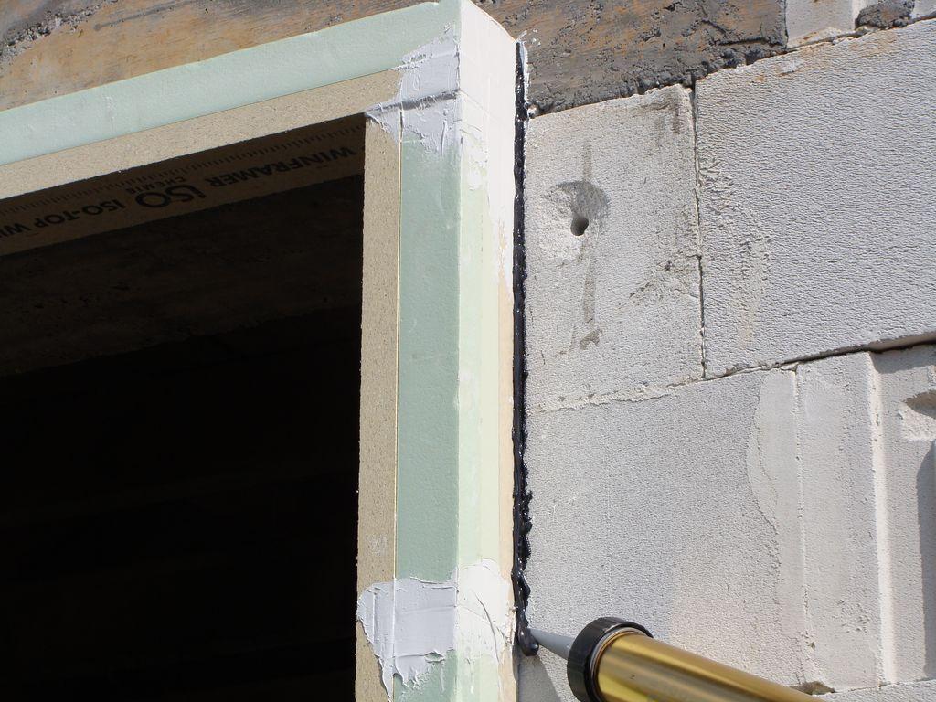 Uszczelnianie styku ramy nośnej WINFRAMER z powierzchnią muru konstrukcyjnego