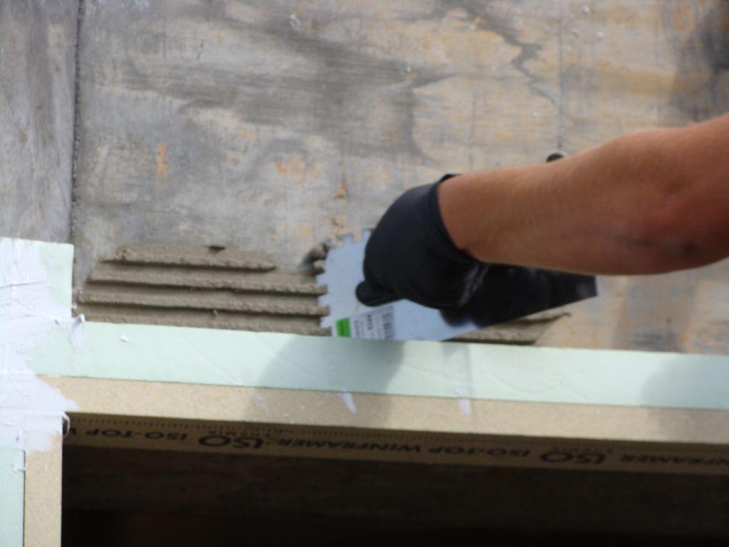 Przygotowanie powierzchni do mocowania warstwy ocieplenia w obrębie puszki rolety