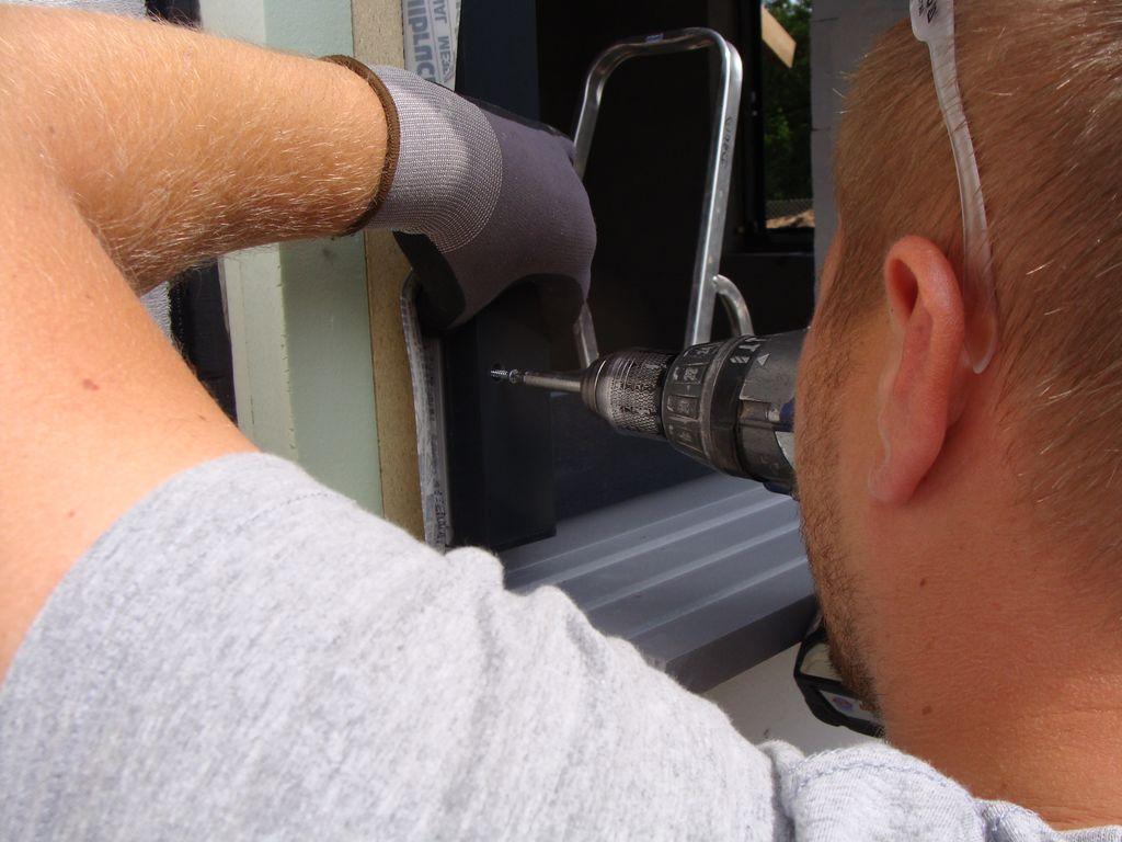 Mocowanie prowadnic rolety zewnętrznej do stojaków ościeżnicy okna Passiv-line Plus