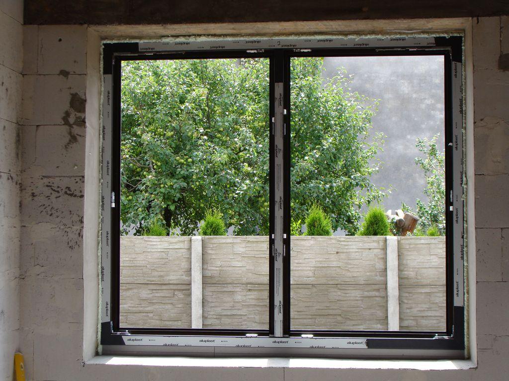 Ościeżnica okna Passiv-line Plus z warstwą termoizolacji zainstalowana w ramie nośnej