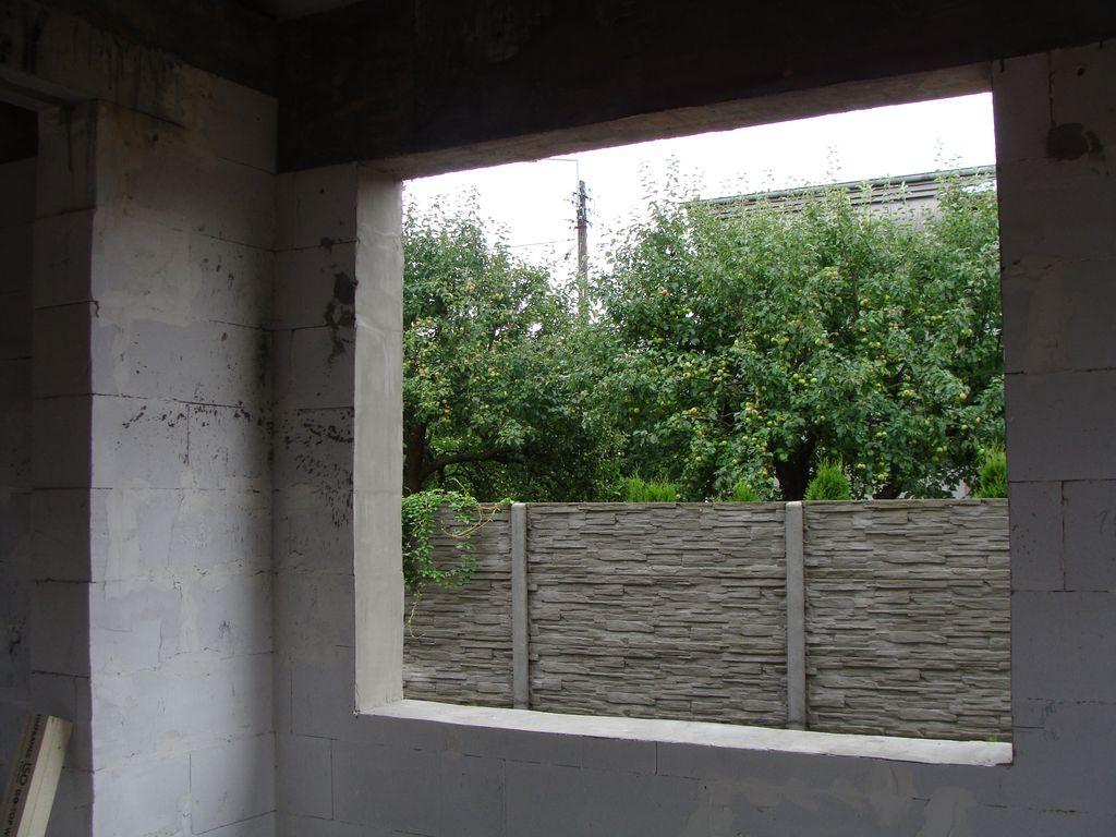Ościeże okna w murze konstrukcyjnym z betonu komórkowego widok od wewnątrz