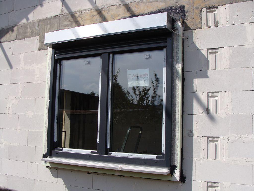 Okno Passiv-line Plus z roletą zewnętrzną zainstalowane w warstwie ocieplenia budynku z wykorzystaniem elementów systemu ISO-TOP WINFRAMER