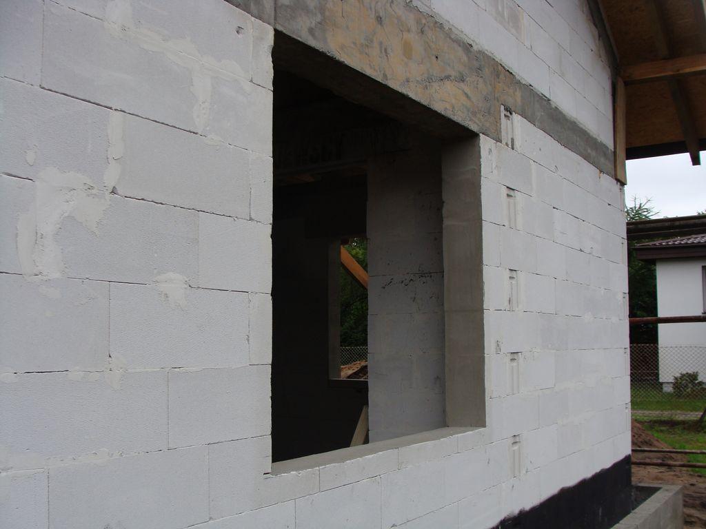 Ościeże okna w murze konstrukcyjnym z betonu komórkowego widok od zewnątrz