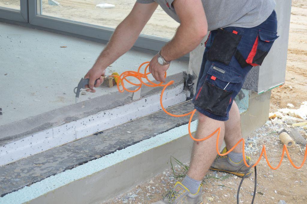 Oczyszczanie podłoża pod instalację konsoli nośnych drzwi balkonowych HST