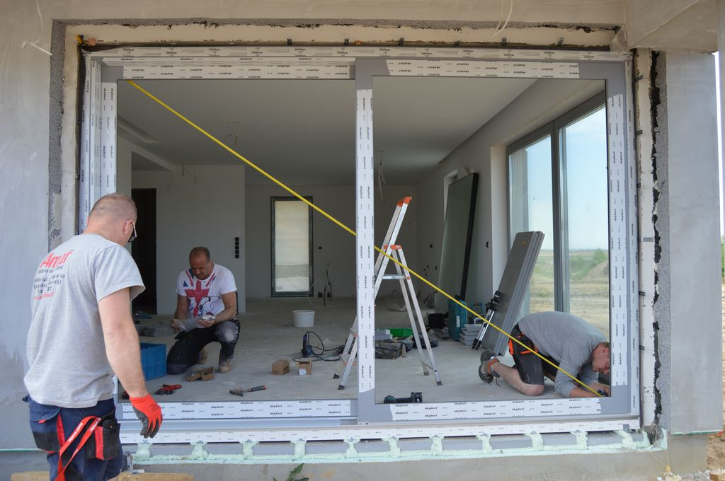 Drzwi balkonowe HST osadzone na konsolach nośnych firmy AMAR