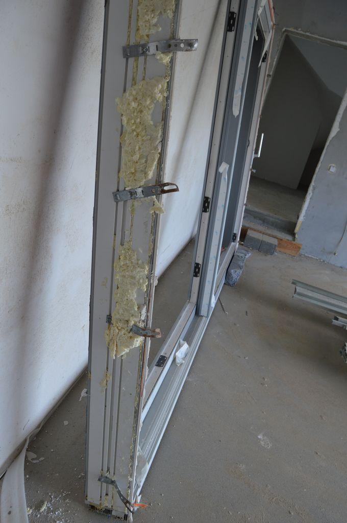 Drzwi balkonowe HST po demontażu - widoczny brak ciągłości uszczelnienia termoizolacyjnego