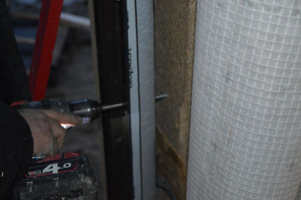 Mocowanie mechaniczne ościeżnic okien Passiv-Line Ultra za pomocą śrub ramowych