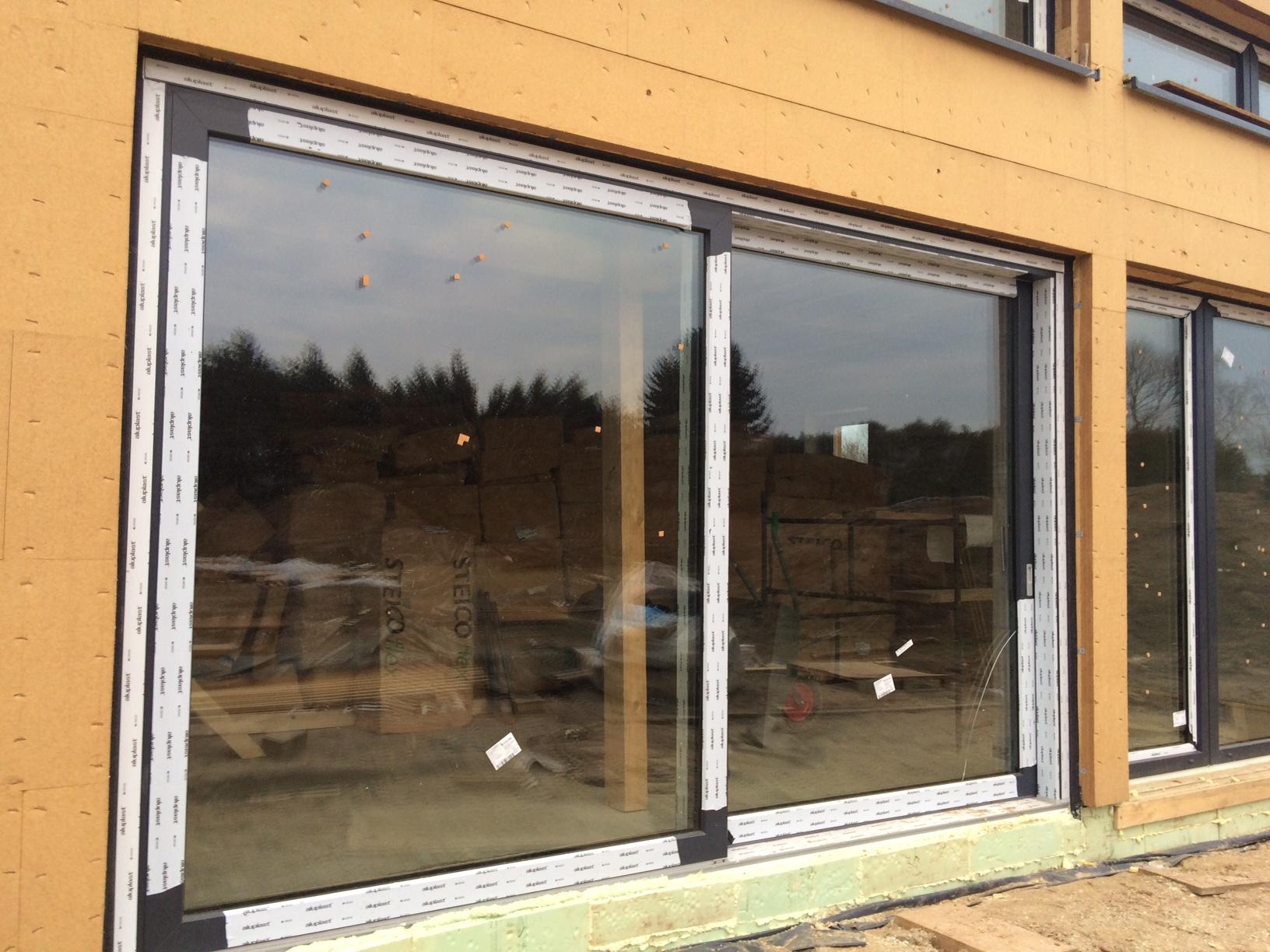 Drzwi balkonowe HST Passiv 85 zainstalowane w budynku o szkieletowej konstrukcji drewnianej STEICO