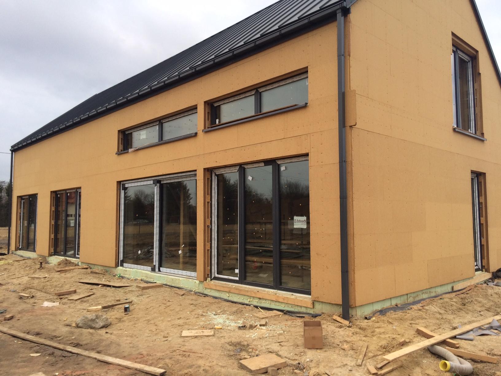 Okna i drzwi balkonowe AdamS Passiv-Line Ultra zainstalowane w budynku o szkieletowej konstrukcji drewnianej STEICO