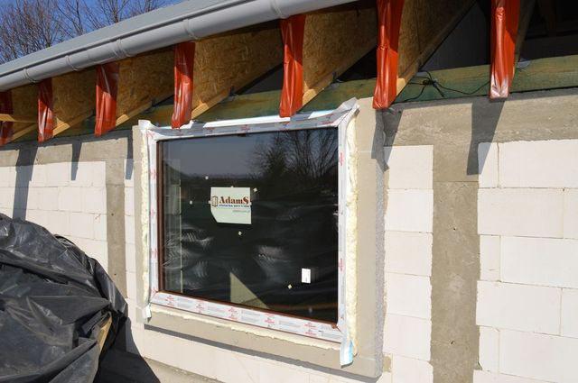 Osadzonie okna w ramie ze styropianu, szczeliny wypełnione pianką PU