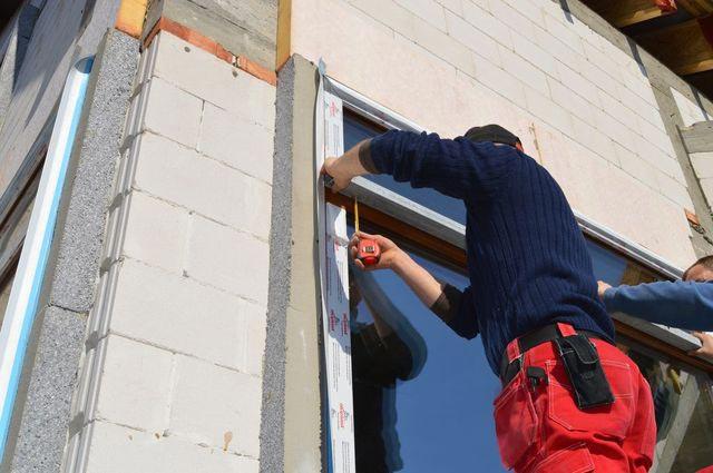 Przygotowanie do montażu stalowego elementu lizeny do poprzeczki oszklenia stałego