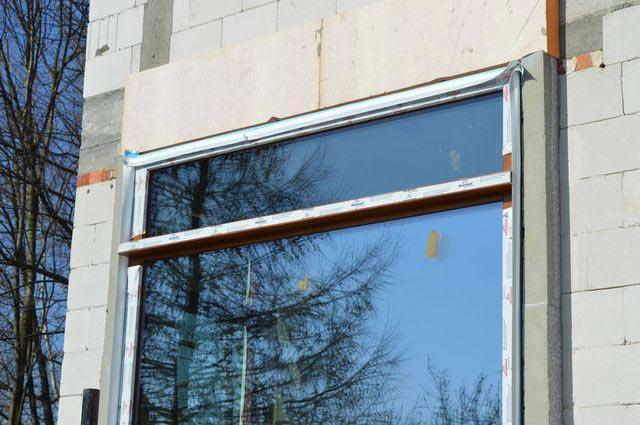 Dwudzielne oszklenie stałe z podziałem poziomym z zamocowaną lizeną stanowiącą element wzmocnienia statycznego konstrukcji