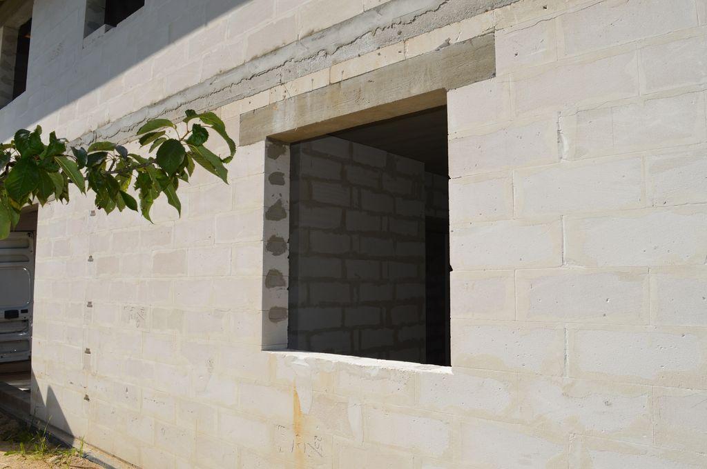 1. Ościeże okna w murze konstrukcyjnym z betonu komórkowego przygotowane do montażu ramy nośnej w systemie montażu okien CBM.