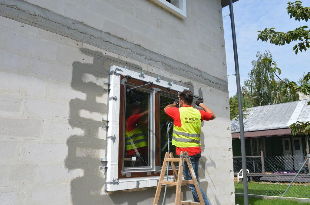 5. Montaż dysz natryskowych do badania wodoszczelności połączenia okna z ościeżem.