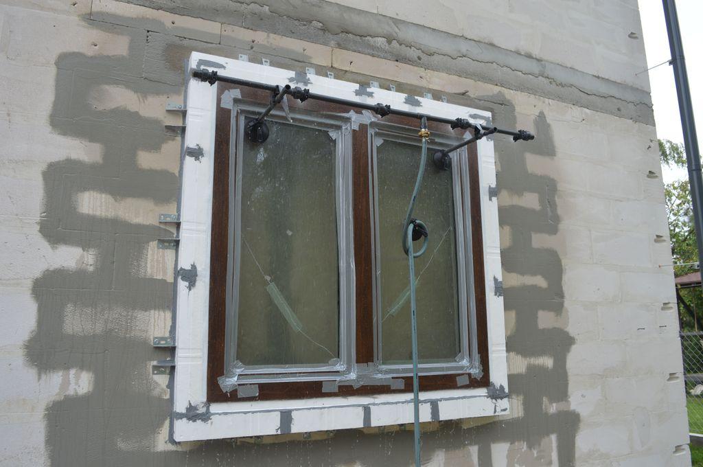 6. Badanie wodoszczelności połączenia okna z ościeżem w systemie montażu okien w warstwie ocieplenia CBM na placu budowy.