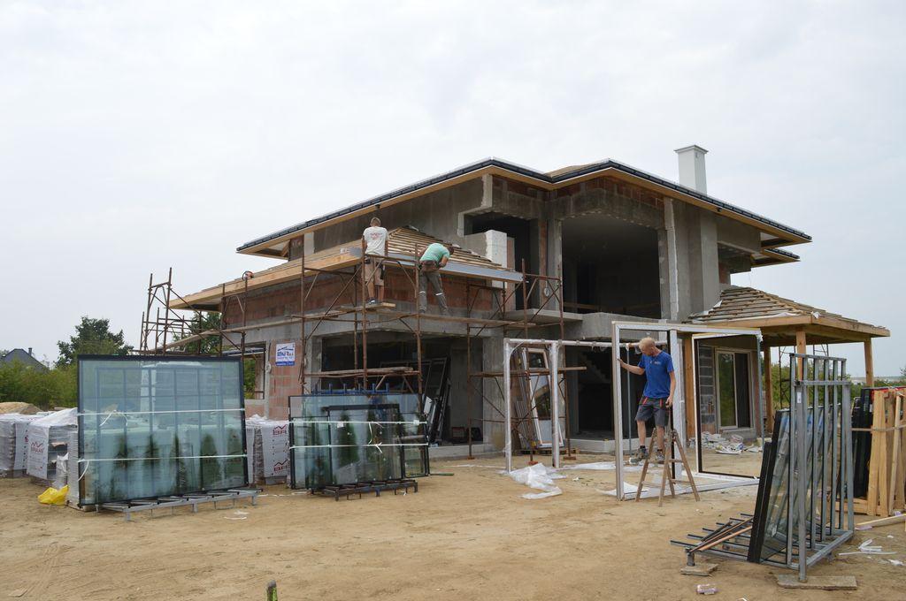Budynek jednorodzinny, wielobryłowy z narożnymi konstrukcjami okiennymi