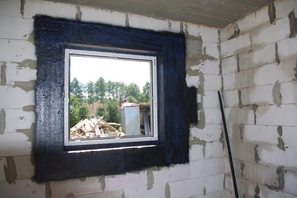 Okno w ścianie konstrukcyjnej uszczelnionej powłoką SOUDATIGHT GUN z uszczelnieniem zewnętrznym wykonanym przy użyciu powłoki SOUDATIGHT HYBRID