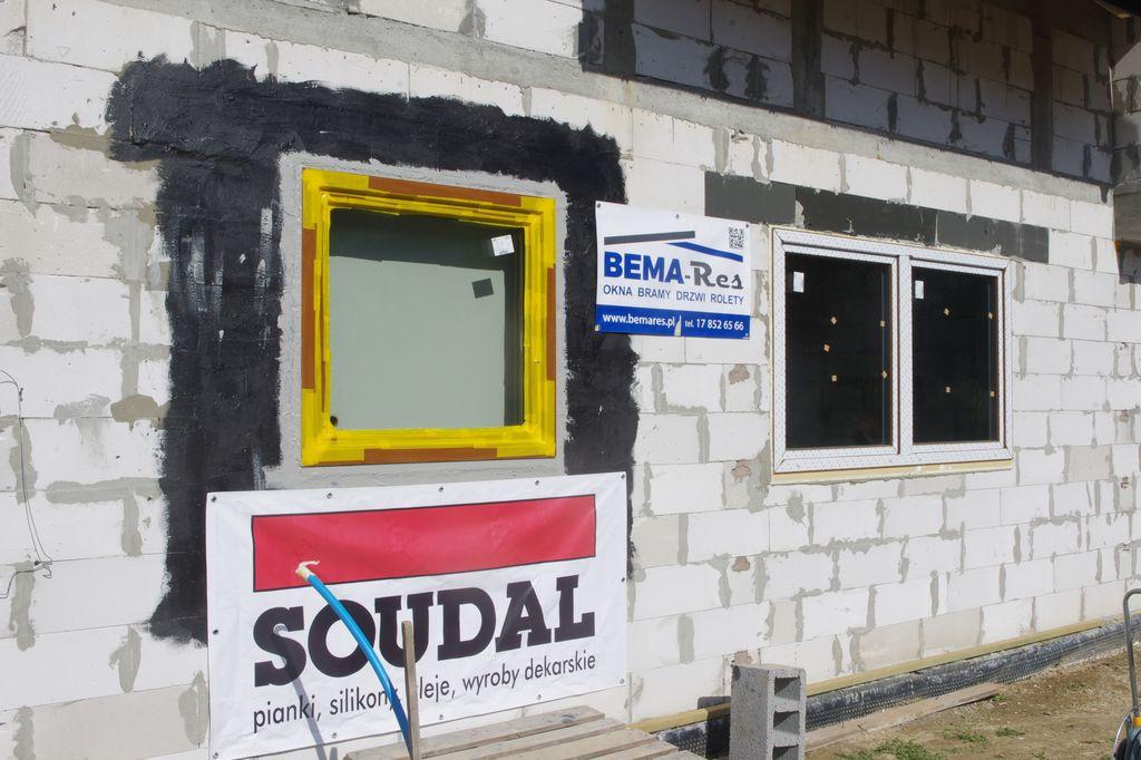 Okno w ścianie konstrukcyjnej uszczelnionej powłoką SOUDATIGHT GUN z uszczelnieniem wewnętrznym wykonanym przy użyciu powłoki SOUDATIGHT LQ